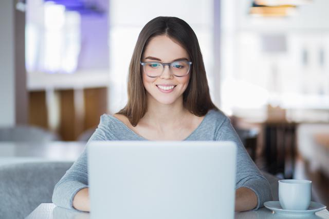femme-souriante-devant-un-ordinateur